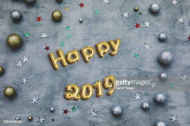 happy 2019 balloon in sivler party background.top view - 2019 photos et images de collection