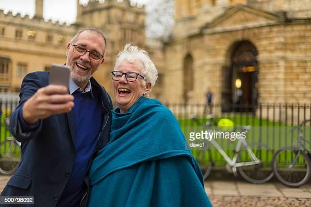 glücklich aktive senior paar nehmen selfie in oxford, england - oxford oxfordshire stock-fotos und bilder