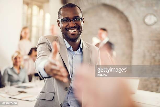 Glückliche afrikanische amerikanische Geschäftsmann mit einem Hände schütteln.
