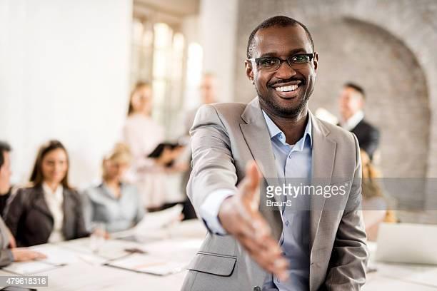 Hombre de negocios americano africano feliz con un apretón de manos.