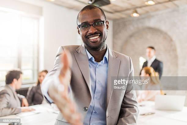 Heureux afro-américain Homme d'affaires offrant une poignée de main.