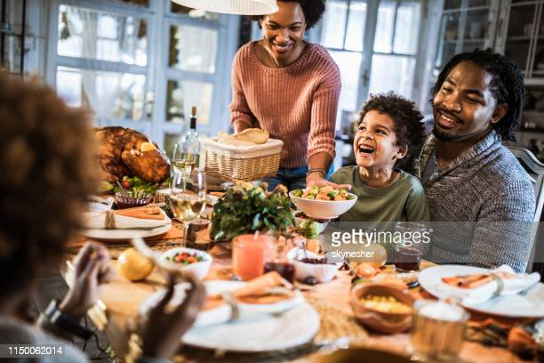 família feliz do americano africano que aprecia no jantar da acção de graças em casa. - african american family dinner - fotografias e filmes do acervo