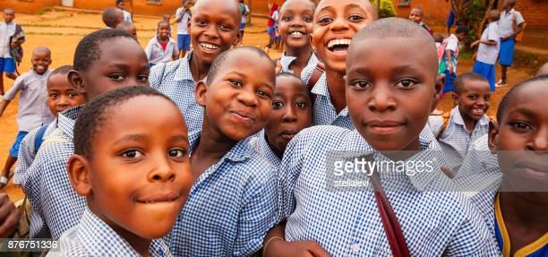 felices niños africanos - ruanda fotografías e imágenes de stock