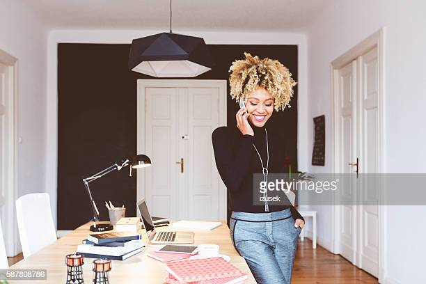 happy afro american young woman in a home office - na moda descrição - fotografias e filmes do acervo