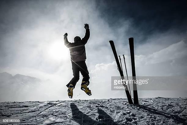 Happy alpine Skifahrer jumping in air auf der obersten