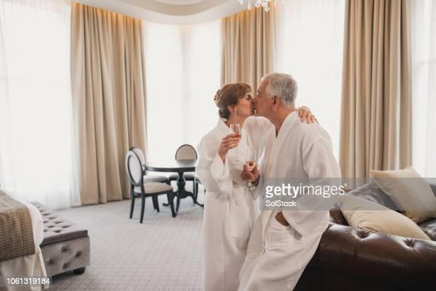 joyeux anniversaire célébration dans l'hôtel - embrasser sur la bouche photos et images de collection