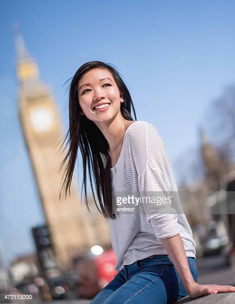 アジアの女性の幸せなロンドン