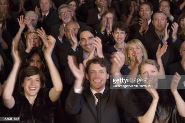 Happy Publikum klatschen in theater