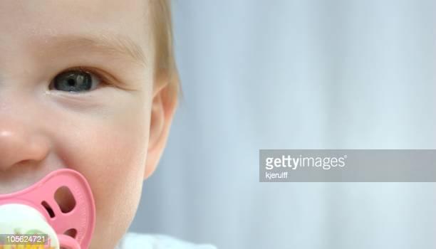 Cara de bebé feliz sobre fondo