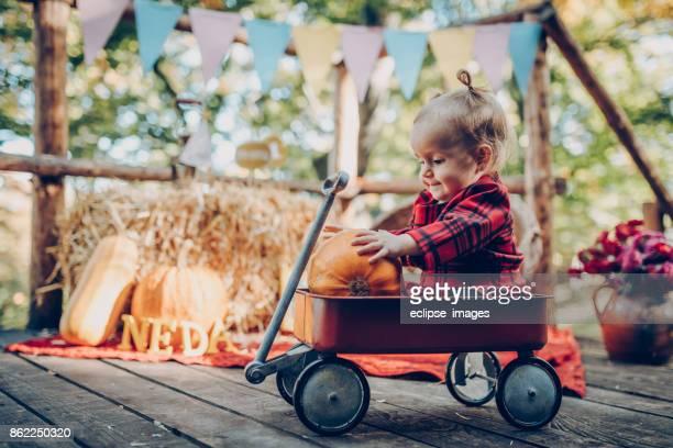 Happy Baby im Toy Wagon außerhalb