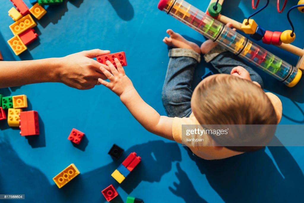 Glückliches Baby mit Klötzchen spielen. : Stock-Foto