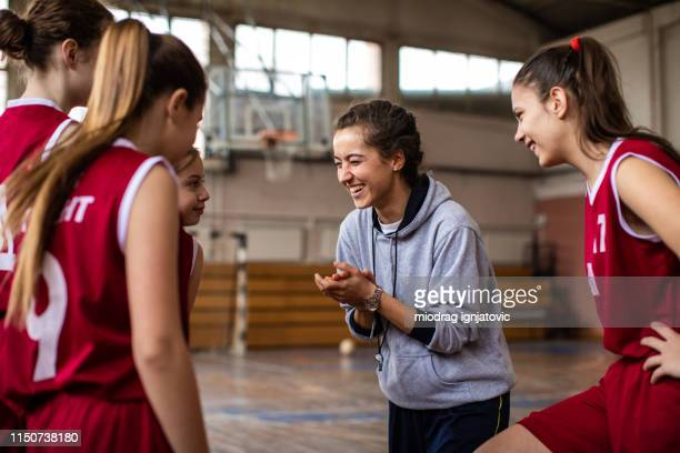 happy basketball team met hun vrolijke vrouwelijke coach - court hearing stockfoto's en -beelden
