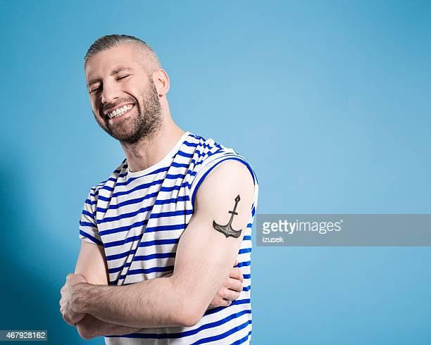 Happy deutsche Seemann Mann trägt t-shirt mit Streifen
