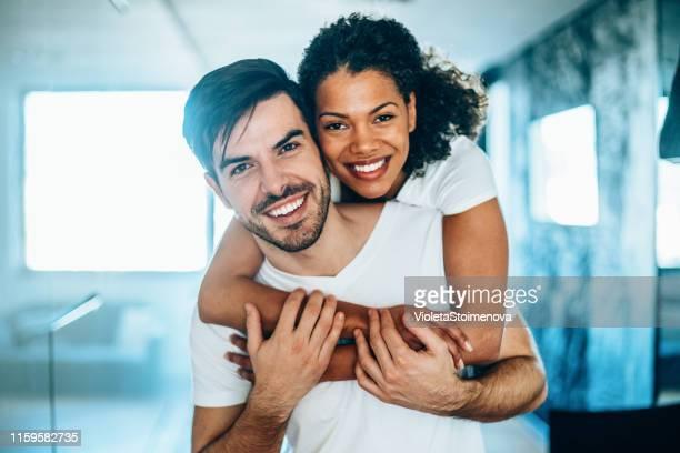 beau couple heureux - black and white photos et images de collection