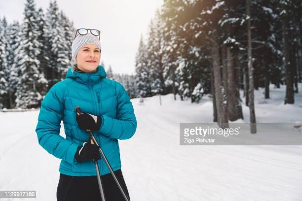 Schöne Frau glücklich Finish mit Langlaufen für heute