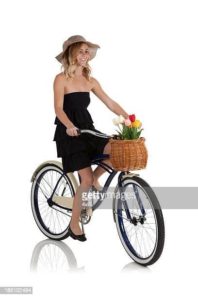 Feliz hermosa mujer montando una bicicleta