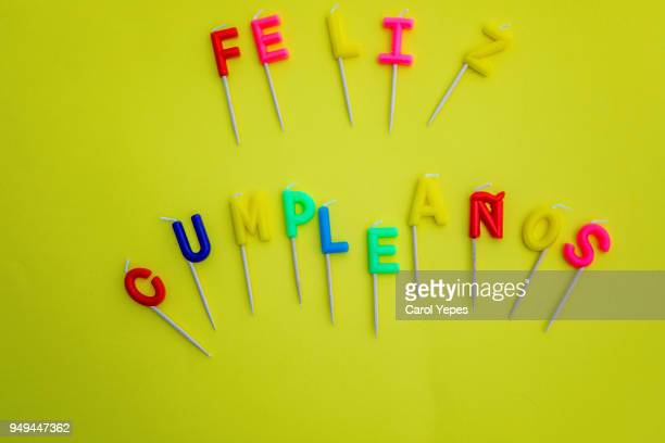 Happy birthday candles in yellow.' feliz cumpleaños'