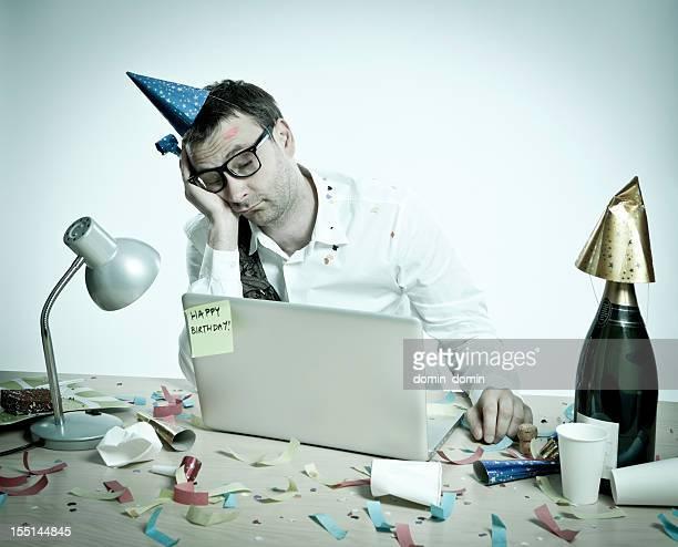 Joyeux anniversaire, hungover homme derrière un ordinateur portable, bureau, un look rétro
