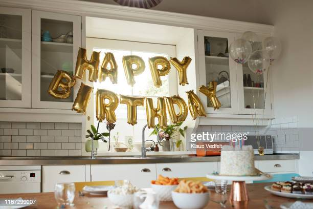 happy birthday text in kitchen at home - balão decoração - fotografias e filmes do acervo