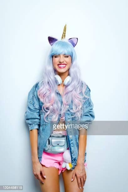 feliz azul y rosa de pelo largo manga estilo joven mujer - izusek fotografías e imágenes de stock
