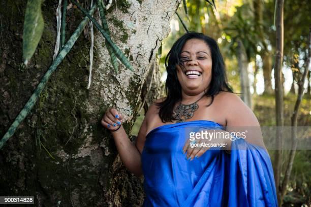 mujer positiva de cuerpo feliz con ropa azul - modelos gorditas fotografías e imágenes de stock