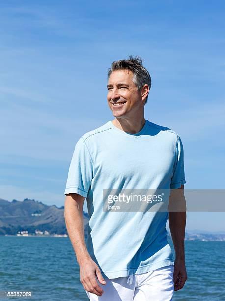 happy boomer zu Fuß zum Strand