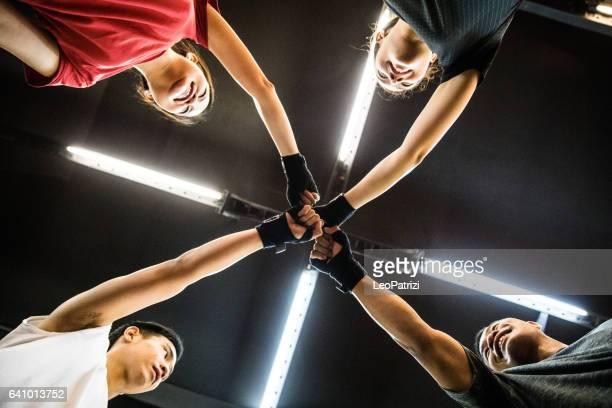 Glücklich-Boxing-Team feiern gemeinsam nach Training