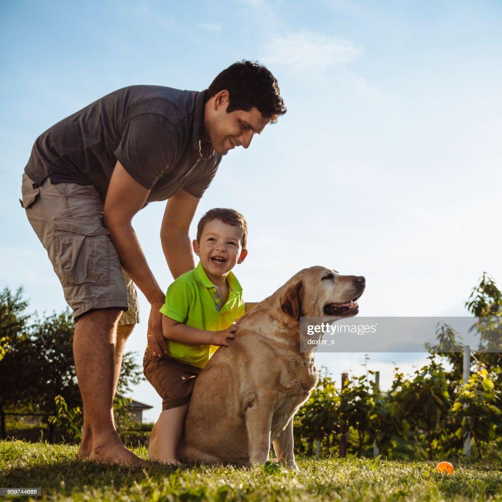 Fröhlicher junge und Vater mit Hund : Stock-Foto