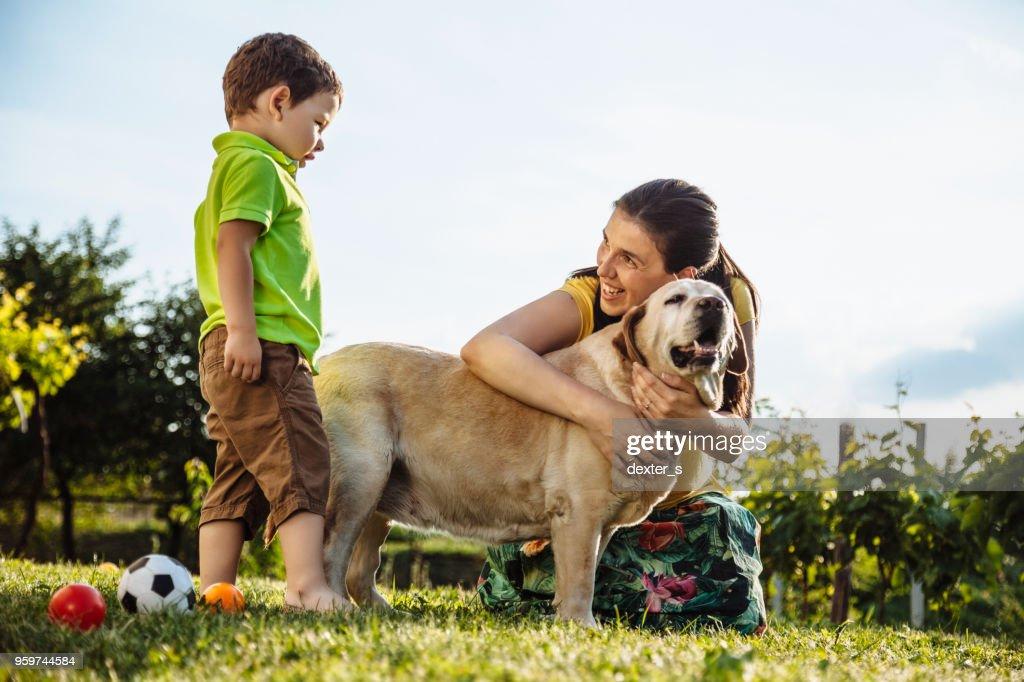 Fröhlicher junge und Mutter mit Hund : Stock-Foto