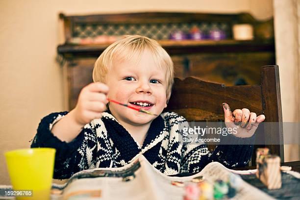 happy boy painting - menino loiro olhos azuis imagens e fotografias de stock