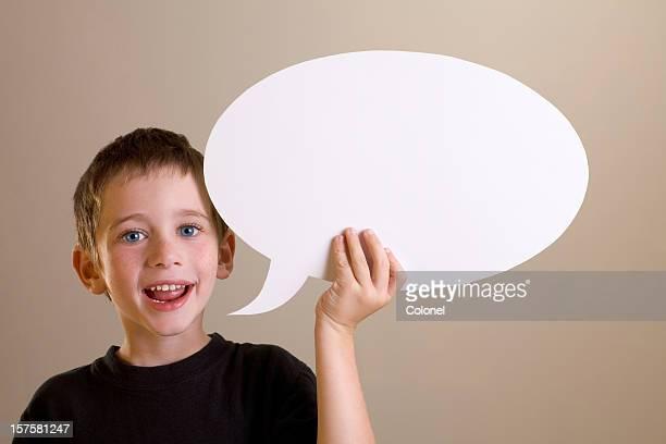 Niño feliz hablando con expresión de pensamiento