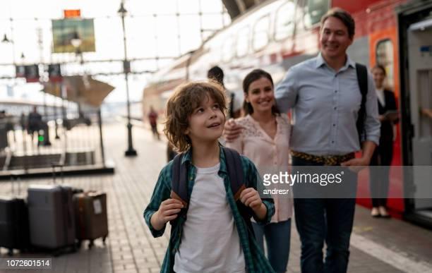 menino feliz viajando de trem com a família - plataforma de estação de trem - fotografias e filmes do acervo