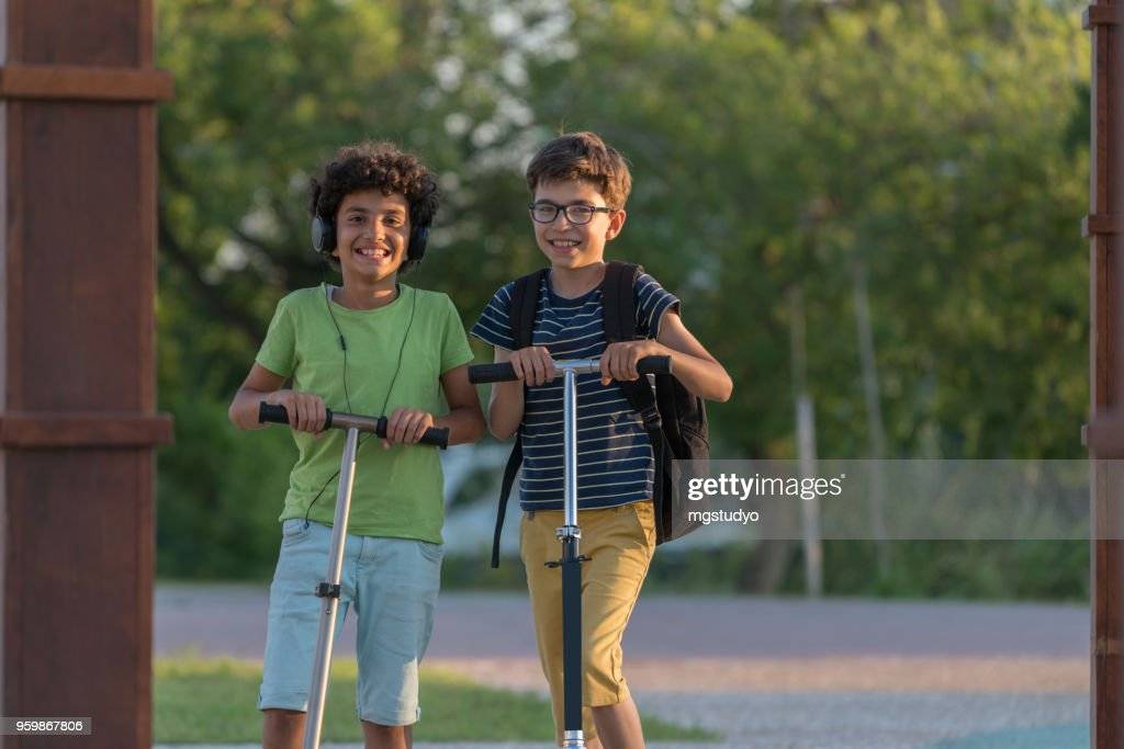 Happy Boys mit Roller in einem park : Stock-Foto