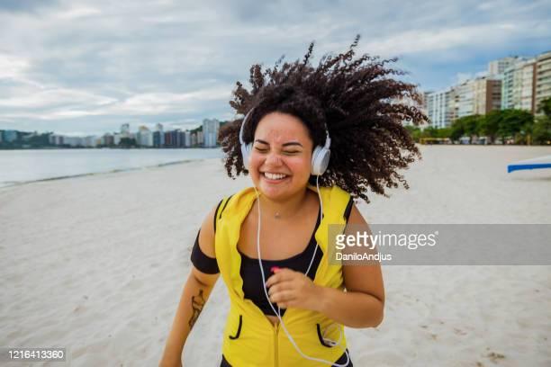 feliz exercício de mulher esportiva brasileira feliz - bem estar - fotografias e filmes do acervo