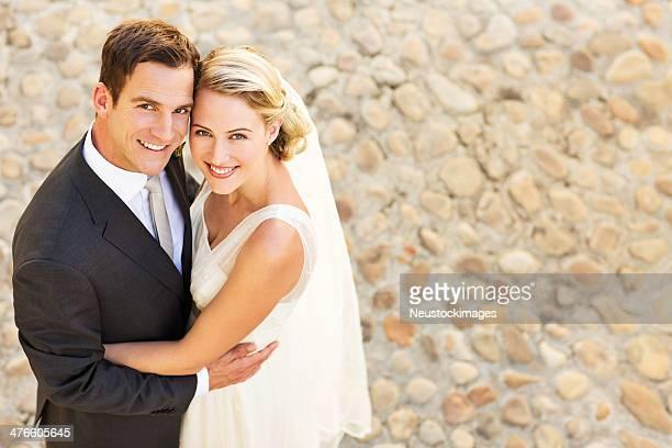 Glückliche Brautpaar umarmen einander