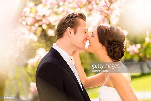 Heureuse mariée et le marié embrassant