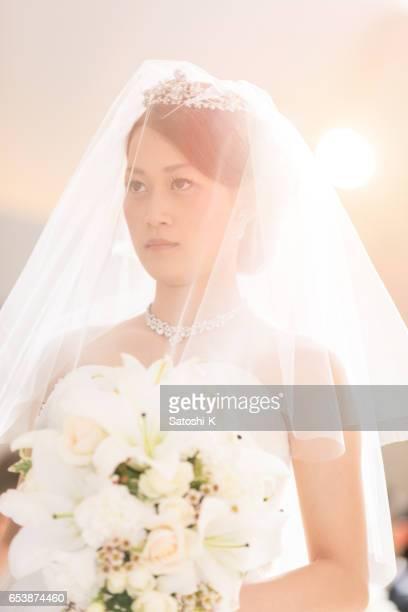 gelukkige bruid lopen bij het laden van de maagd - alleen japans stockfoto's en -beelden