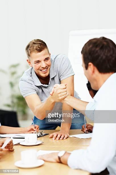 Feliz Homem de negócios a dar um aperto de mão com o colega uma reunião