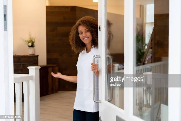 gelukkig ondernemer werken in een spa - begroeten stockfoto's en -beelden