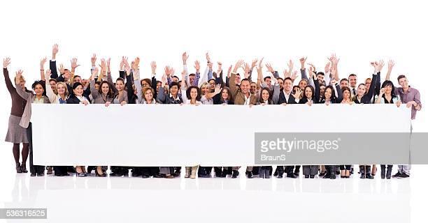 Feliz la gente de negocios sosteniendo un banner.