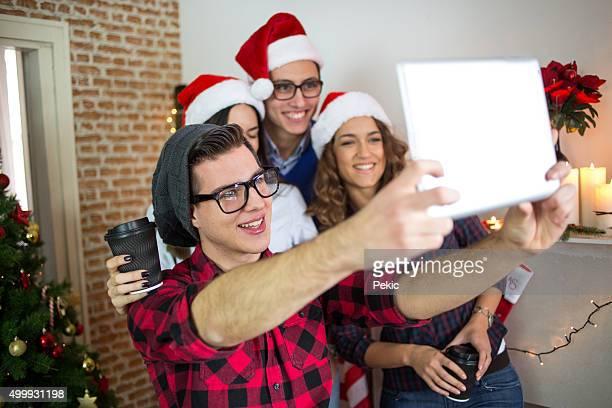 Feliz negócios pessoas a posar para uma selfie na Christamas tempo