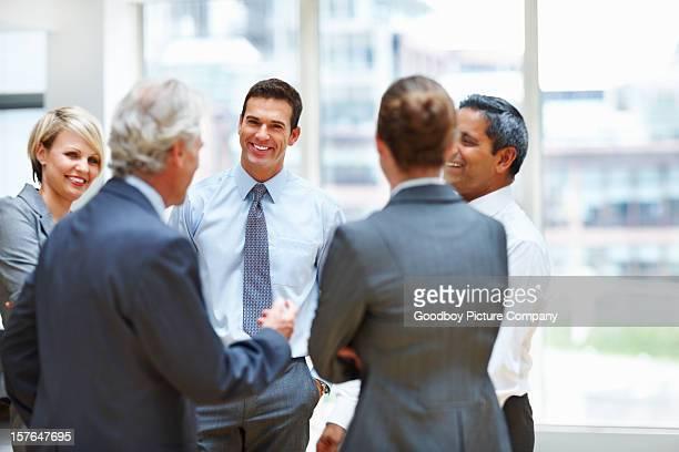 Equipo de negocio feliz en discusión en la oficina
