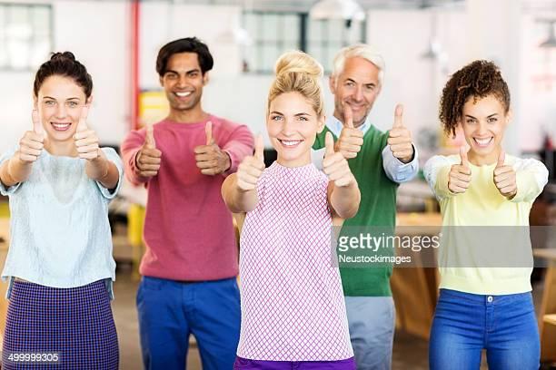 équipe d'affaires heureux montrant thumbs up - cinq personnes photos et images de collection