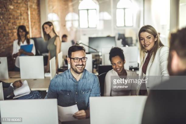 gelukkig business team praten met hun collega op kantoor. - netjes informeel stockfoto's en -beelden