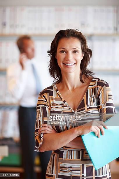 happy business frau mit männlichen kollegen im hintergrund. - mittlerer teil stock-fotos und bilder