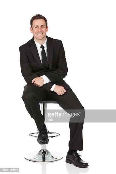 ハッピーな椅子に座っているビジネスマン