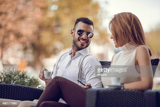 ハッピーに会話をするビジネスマンの女性の友人のカフェです。