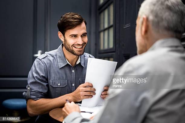 Glücklich Geschäftsmann sprechen auf Büro Manager