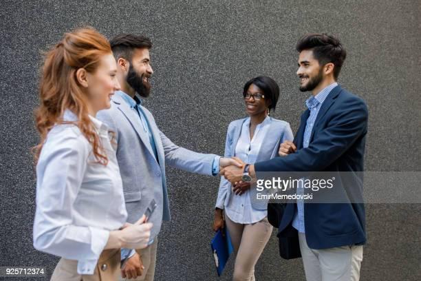 Heureux hommes d'affaires sont venus à un accord et se serrant la main