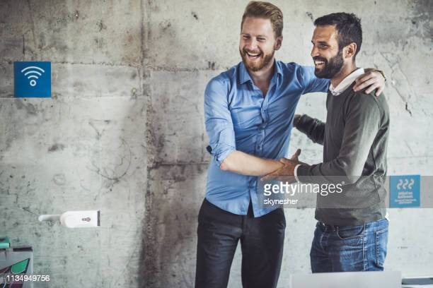 gelukkige zakenlieden begroeten elkaar in het kantoor. - netjes informeel stockfoto's en -beelden